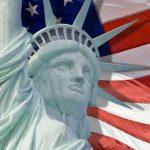 """פסל החירות על רקע דגל ארה""""ב"""